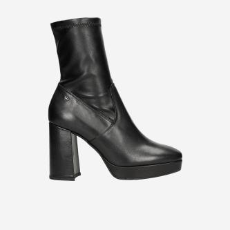 Czarne botki damskie na słupku w modowym wydaniu 55024-81