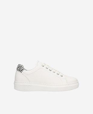 Štýlové dámske sneakersy v klasickej bielej farbe 46089-59