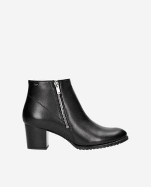 Elegantné čierne členkové topánky na hrubom opätku 55065-51